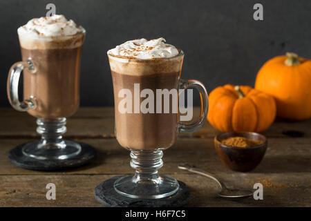Hausgemachte Kürbis Gewürz heiße Schokolade mit Schlagsahne - Stockfoto