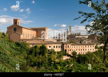 Ansicht der Stadt mit Backstein-Basilika San Domenico und Duomo Kathedrale Santa Maria Assunta, Siena, UNESCO-Weltkulturerbe - Stockfoto