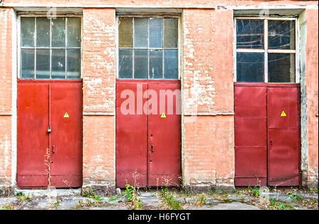 drei rote Türen mit einer Gefahr Kennzeichnung. - Stockfoto