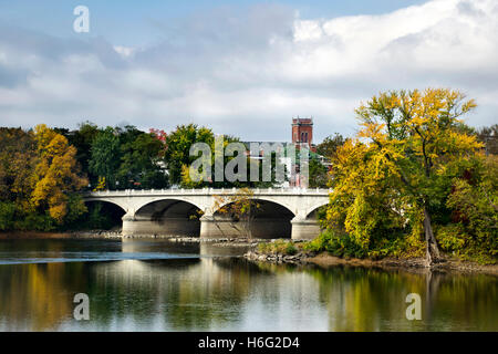 Mahnmal St. Brücke malerischen Herbst Landschaften in Binghamton New York, Broome County Southern Tier Region, Nordamerika - Stockfoto