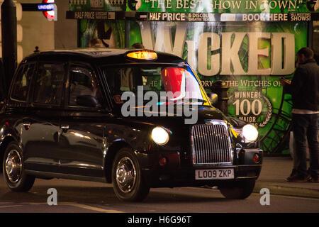 Schwarzes Taxi Cab Zeichen in Chinatown, Soho, Zentral-London, UK - Stockfoto