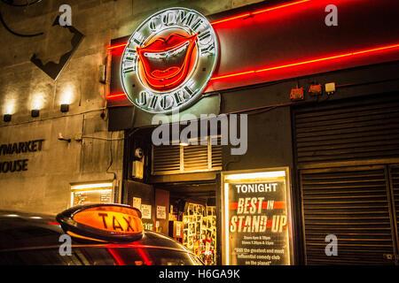 Schwarzes Taxi Taxischild außerhalb der Commedy-Store in Soho, Zentral-London, UK - Stockfoto