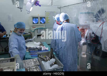 Medizinischem Personal in einem Krankenhaus-OP-Saal während einer Hüft-operation - Stockfoto