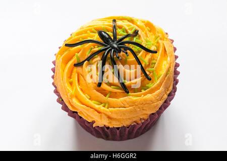 Cupcake mit Spinne Dekoration für Halloween isoliert auf weißem Hintergrund - Stockfoto