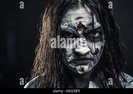 Zombie Frau mit blutigen Gesicht - Stockfoto