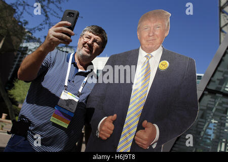 Phoenix, Arizona, USA. 29. Oktober 2016. Anhänger des republikanischen US-Präsidentschaftskandidaten Donald Trump - Stockfoto