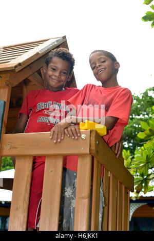 BIG CORN ISLAND, NICARAGUA-NOV. 15: unbekannte jungen viel Spaß in Kinderspielhäuschen in Big Corn Island, Nicaragua, - Stockfoto