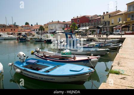 Angelboote/Fischerboote im Hafen von Novigrad, Istrien, Kroatien, Europa - Stockfoto