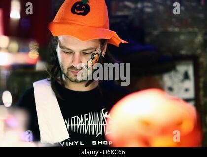 Wladiwostok, Russland. 30. Oktober 2016. Ein junger Mann besucht Halloween feiern im Nachtclub von Wladiwostok SanReMo - Stockfoto