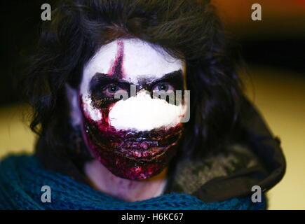 Wladiwostok, Russland. 30. Oktober 2016. Eine Person nimmt an Halloween feiern im Nachtclub von Wladiwostok SanReMo - Stockfoto