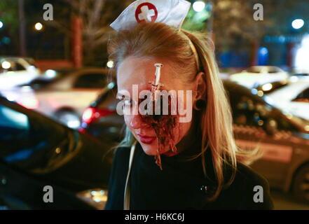 Wladiwostok, Russland. 30. Oktober 2016. Eine Mädchen besucht Halloween feiern im Nachtclub von Wladiwostok SanReMo - Stockfoto