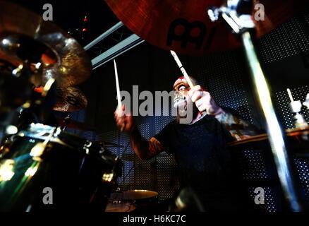 Wladiwostok, Russland. 30. Oktober 2016. Ein Schlagzeuger zu Halloween feiern im Nachtclub von Wladiwostok SanReMo - Stockfoto