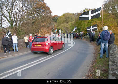 Polson Brücke in der Nähe von Launceston, Devon, UK. 30. Oktober 2016. Devonwall Protest - Demonstranten auf Polson - Stockfoto