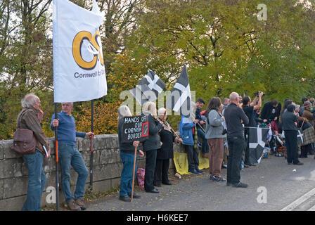 Polson Brücke in der Nähe von Launceston, Devon, UK. 30. Oktober 2016. Devonwall Protest - Devonwall Potest-Demonstranten - Stockfoto