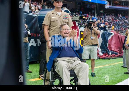 Houston, Texas, USA. 30. Oktober 2016. Ehemaliger US-Präsident George Bush H.W. Uhren von der Seitenlinie vor ein - Stockfoto