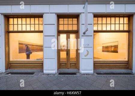 Außenseite der Galerie Deschler, Kunstgalerie auf Auguststraße einer Straße mit vielen Galerien in Mitte Berlin - Stockfoto