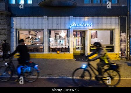 Außenseite des Fleischerei-Restaurant in der Nacht in Prenzlauer Berg in Berlin Deutschland - Stockfoto