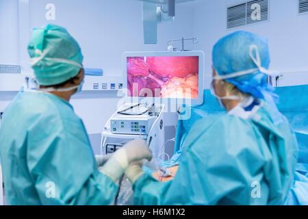 Chirurgen, die Durchführung der Operation im Operationssaal. - Stockfoto