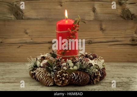 Beautiful Elegante Weihnachten Tabelle Einstellen; Elegante Herzstück Für Den  Weihnachtstisch Mit Einer Kerze Auf Einem Natürlichen Kranz   Stockfoto Images