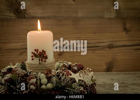 Elegante Weihnachten Tabelle Einstellen; Elegante Herzstück Für Den  Weihnachtstisch Mit Einer Kerze Auf Einem Natürlichen Kranz   Stockfoto