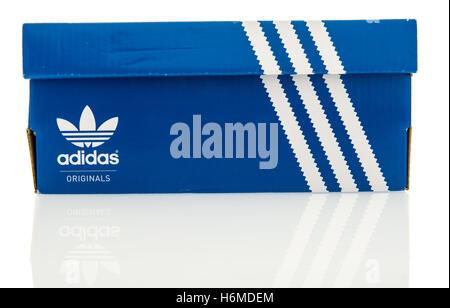 Winneconne, Wisconsin - 29. Oktober 2016: Adidas orginale Schuhkarton auf einem isolierten Hintergrund. - Stockfoto