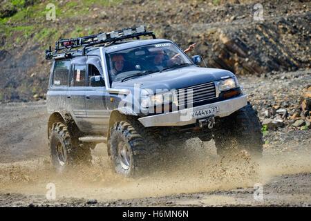 Autos bewegen auf der off-Road bei Wettbewerben - Stockfoto