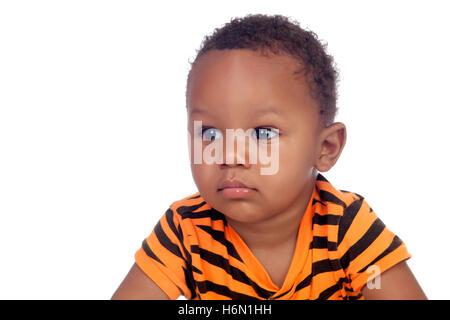 Entzückende afrikanische Baby isoliert auf weißem Hintergrund - Stockfoto