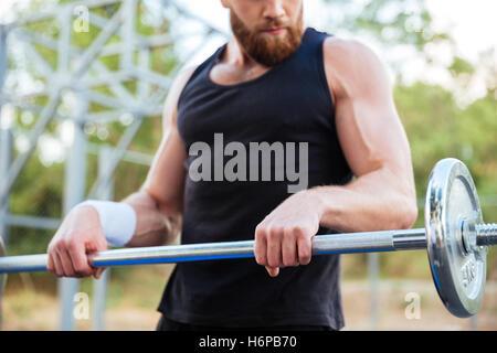 Bild von einem schweren bärtigen Jüngling Sportler trainieren und im freien Hantel heben beschnitten - Stockfoto