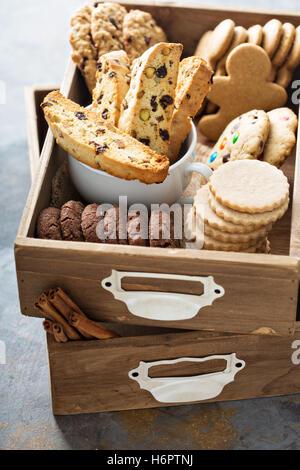 Verschiedene Kekse in einer Holzkiste - Stockfoto