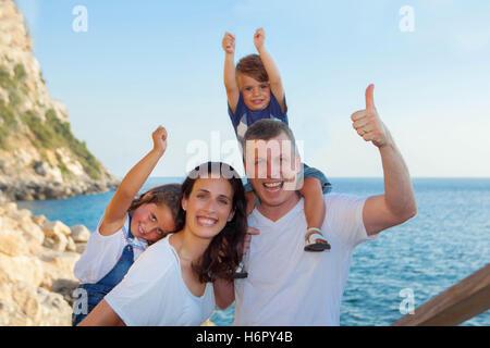 Familie im Sommerurlaub, Mama Papa und Kinder - Stockfoto