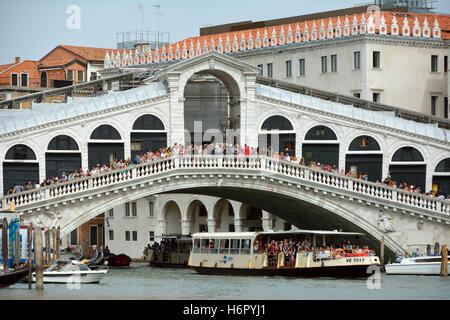 Rialto-Brücke mit Blick auf den Canal Grande von Venedig in Italien. - Stockfoto