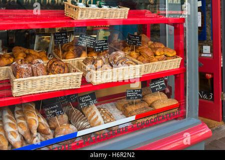 Französische pattiserie Fenster Anzeige in Dartmouth, dänischem Gebäck Artisan Brot, 'Pain au Chocolat' Croissant - Stockfoto