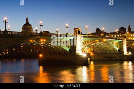 London England Beleuchtung Beleuchtung Kirche Stadt Domkuppel Stadtbrücke Nacht Nacht London England Dämmerung beleuchtet - Stockfoto