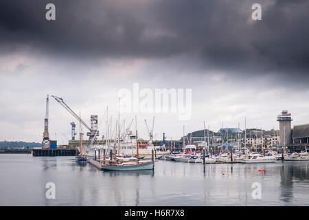 Dunkle Regenwolken über Boote im Hafen Marina Pendennis in Falmouth, Cornwall. - Stockfoto