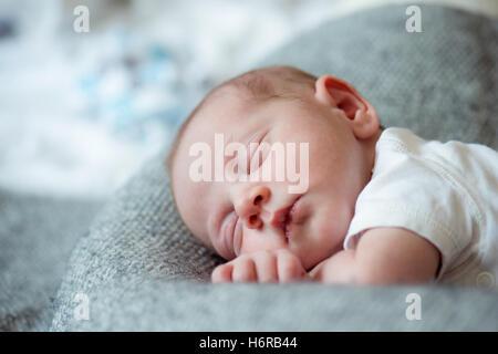Neugeborene jungen auf Bett, schlafen, Nahaufnahme - Stockfoto
