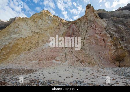 Klippen von farbigem Sand. Alum Bay, Isle Of Wight, Großbritannien - Stockfoto