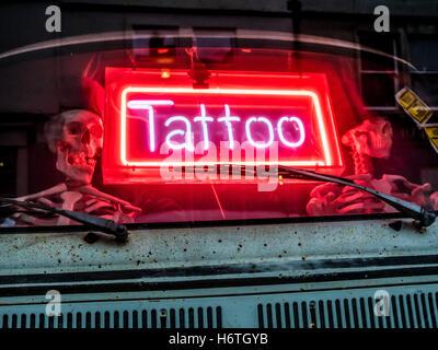 tattoo shop fenster tattoo zeichen t towieren t towierer. Black Bedroom Furniture Sets. Home Design Ideas