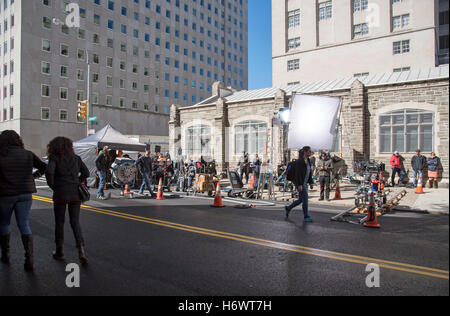 Claremont Av Upper West Side New York USA Filmteam Einrichten ihrer Ausrüstung auf dem Bürgersteig - Stockfoto