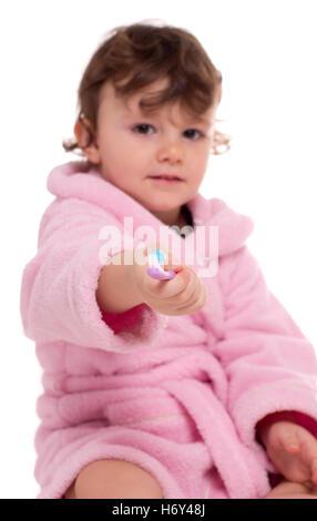 Drei Jahre altes Mädchen in rosa Morgenmantel/Bademantel ihre Zähne zu putzen. - Stockfoto