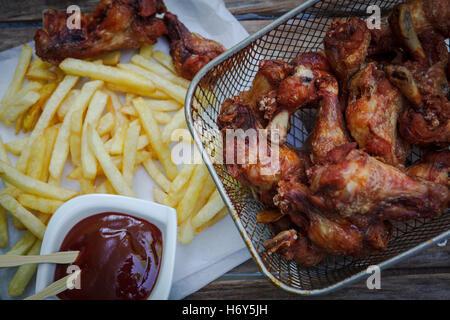 tiefe gebratene Hähnchenflügel auf Friteuse mit Bbq-Sauce für Bad - Stockfoto