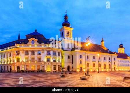 Sibiu, Rumänien. Großes Quadrat und City Hall. - Stockfoto