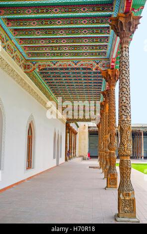 Die malerische geschnitzten Säulen und bunte Baldachin auf dem Hof der Jami Mosque bedeckt mit bunten Blumenmustern - Stockfoto