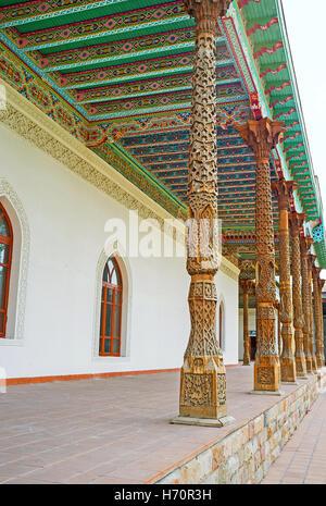 Die geschnitzten hölzernen Details sind sehr beliebt im Dekor der usbekischen Wahrzeichen, wie diese Säulen in Jami - Stockfoto