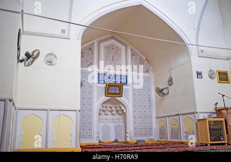 Das Innere der Moschee befindet sich im Gebäude des Norbut-baue Madrasah mit dem weißen geschnitzten Mihrab in der - Stockfoto