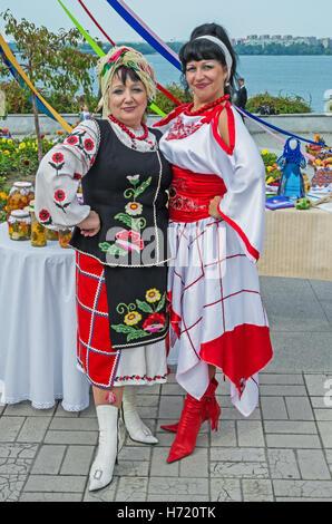 Dnepropetrovsk, Ukraine - 14. September 2013: Ukrainische Frauen in Trachten zeigen Hausmannskost und Volkskunst - Stockfoto