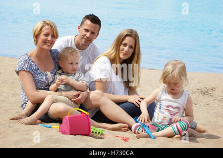 Familie mit Kindern am Strand - Stockfoto