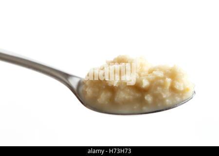 Löffel Meerrettich Sauce perspektivisch isoliert auf weiss. - Stockfoto