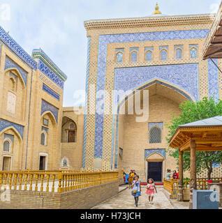 Die Fassade des Pahlavon Mahmud Mausoleum komplexes, verziert mit blau glasierten Fliesen - Stockfoto