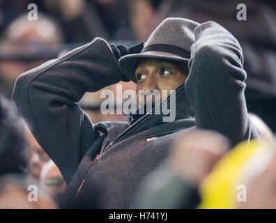 Dortmund, Deutschland. 2. November 2016. Dortmunder Pierre-Emerick Aubameyang Uhren von der Tribüne aus Champions - Stockfoto