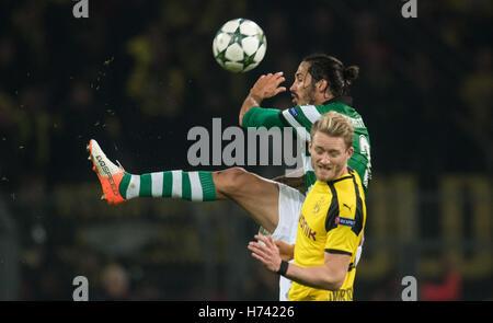 Dortmund, Deutschland. 2. November 2016. Dortmunder Andre Schuerrle und Lissabons Ezequiel Schelotto wetteifern - Stockfoto